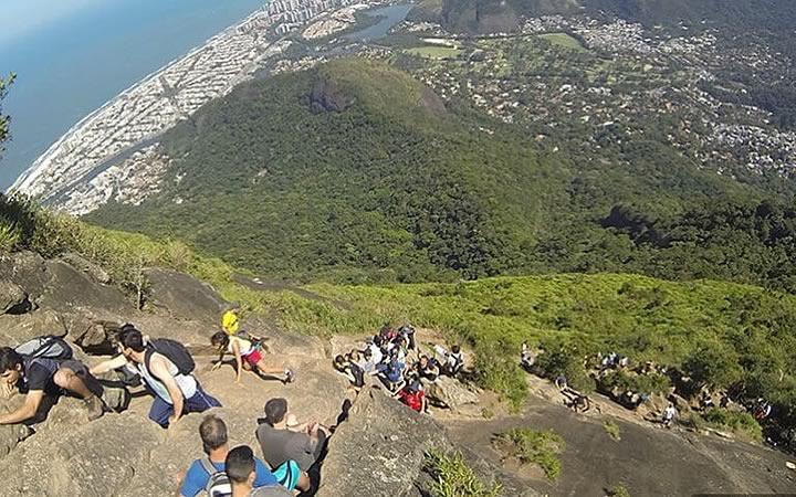 Pessoas subindo a Trilha da Pedra da Gávea