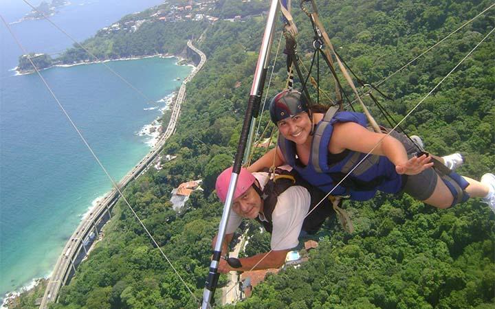 Pessoas voando de asa delta no Rio de Janeiro