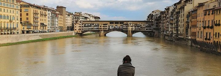 Mulher em frente ao rio - Viajar Sozinho