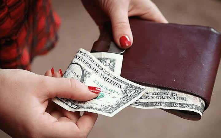 Pessoa guardando dinheiro