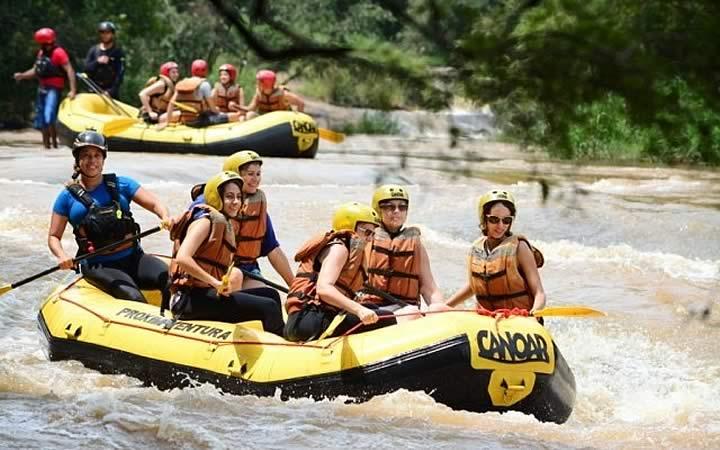 Pessoas descendo o rio com bote - Naga Cable Park - Circuito das águas