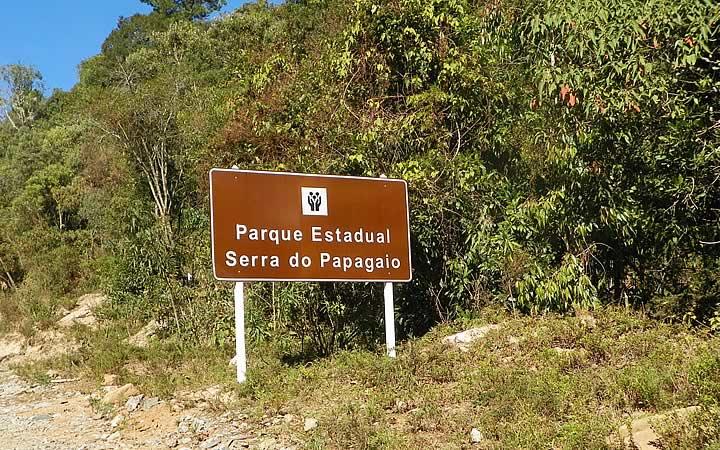 Placa de chegada no Parque Estadual Serra do Papagaio