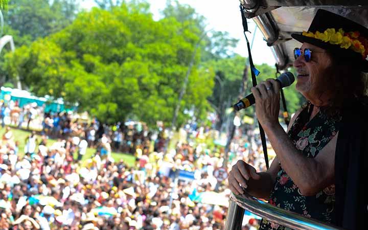 Bloco de rua abrindo carnaval