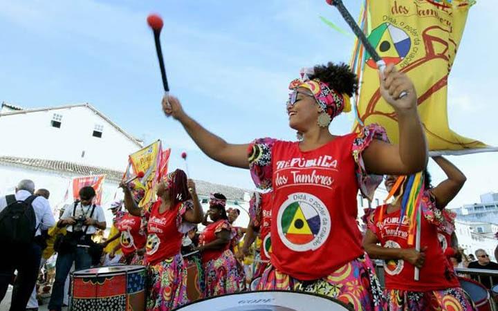 Mulher tocando percussão no carnaval de salvador