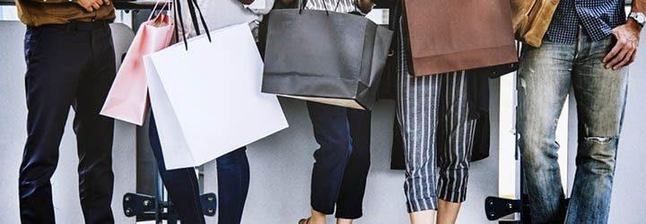 Pessoas com bolsas de compras