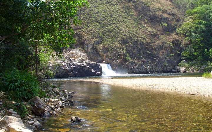 Cachoeira e piscina natural em Delfinópolis