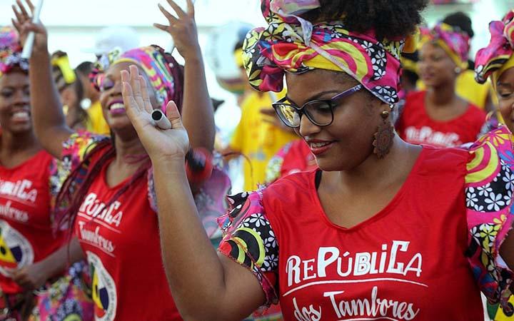 Mulheres dançando em Bloco de Rua