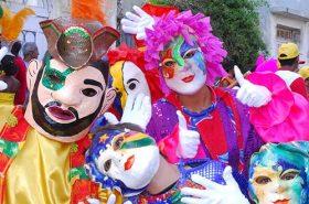 Pessoas no carnaval fantasiadas