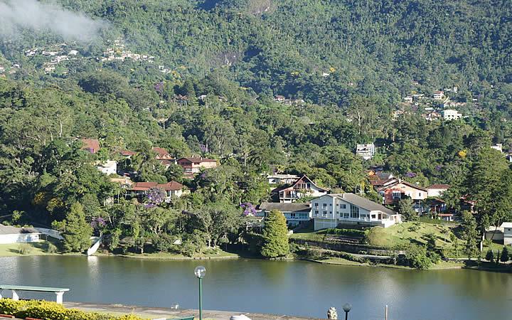 Casas próxima ao lago Comary
