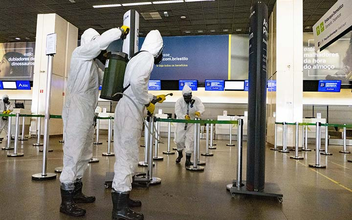 Equipe fazendo limpeza no aeroporto