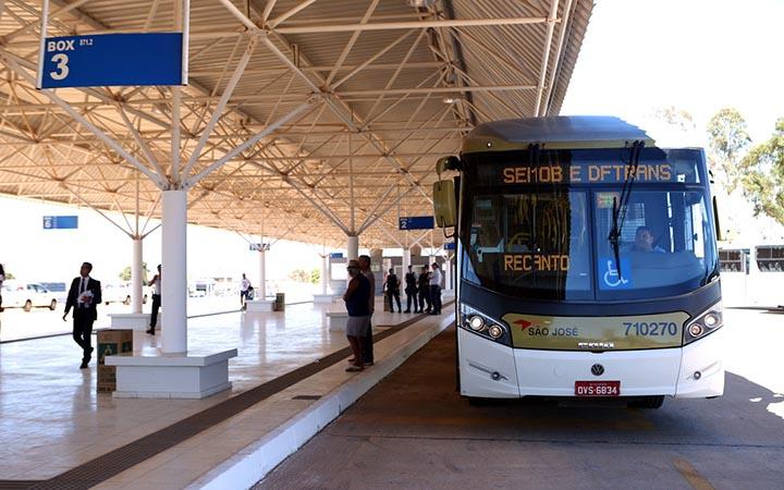 Ônibus no terminal