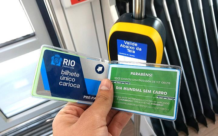 Pessoa segurando o Bilhete Único Carioca