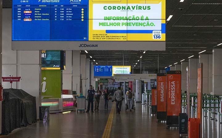 Telão informativo do Coronavírus em aeroporto
