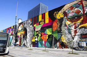 VLT Rio passando em frente ao mural e etnias
