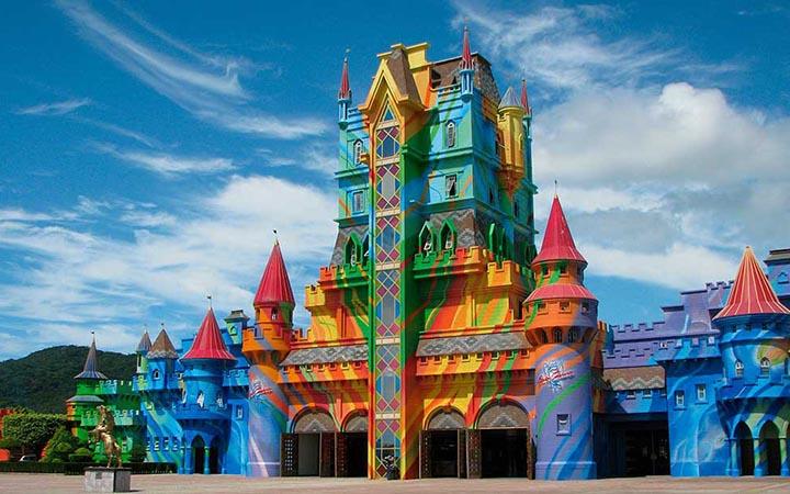 Prédio colorido do Beto Carreto World