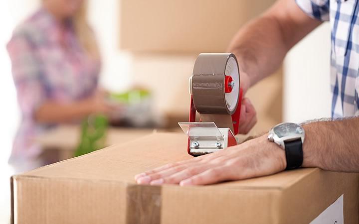 Homem embalando uma caixa