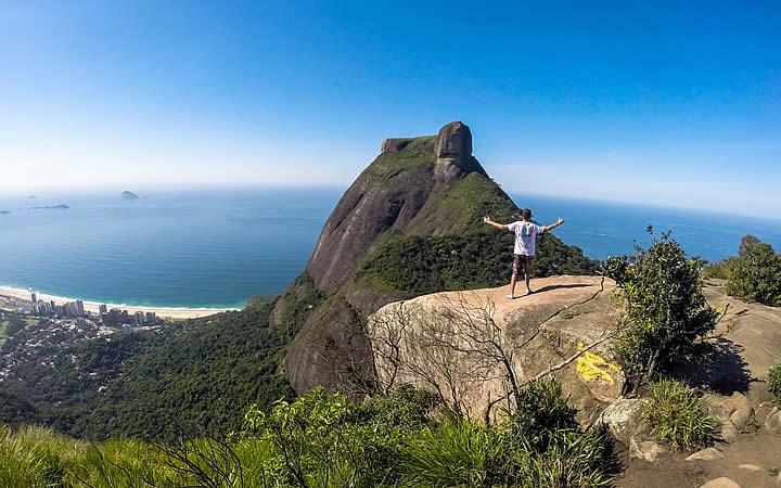 Homem no topo da pedra Bonita no Rio de Janeiro