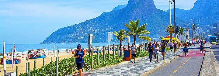Leblon - Pessoa correndo na calçada próximo a orla da praia