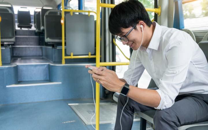Pessoa ouvindo musica no ônibus