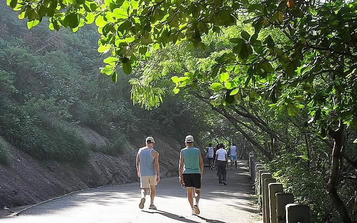 Pessoas caminhando no inicio da Trilha do Morro da Urca
