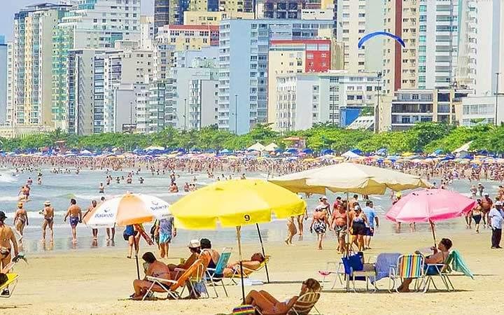 Pessoas na praia central de Balneário