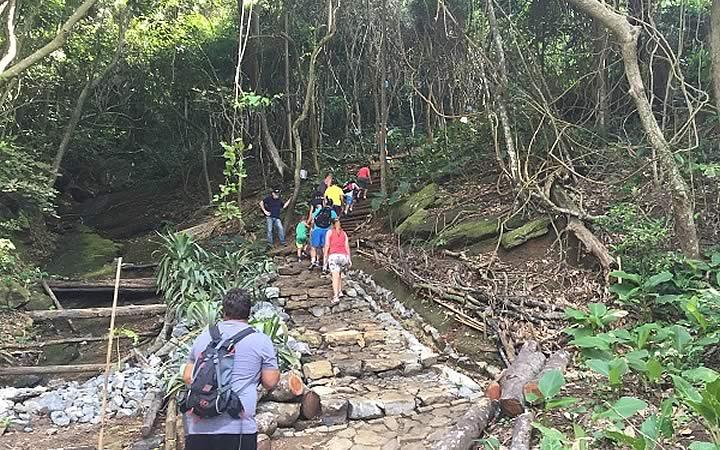 Pessoas subindo escadaria da Trilha do Morro da Urca