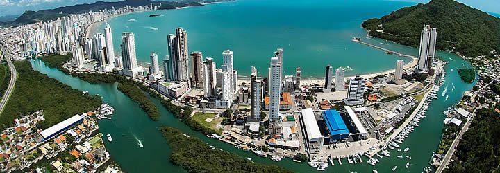 Vista aérea dos prédios em Balneário Camboriú