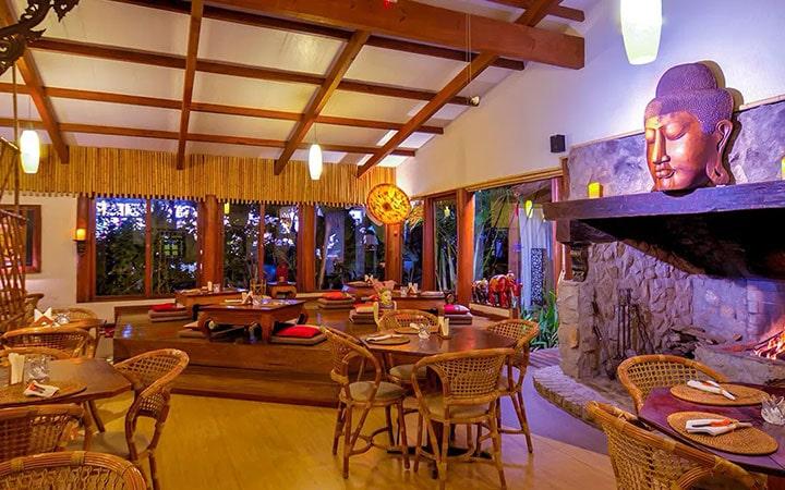 Mesas e cadeiras do restaurante Tigre Asiático