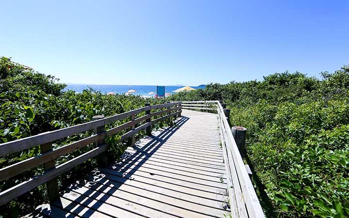 Ponte de madeira para dar acesso a praia - SC