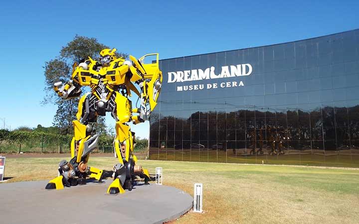 Dreamland - Robô do filme transformers em frente ao museu de cera