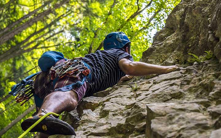 Homem fazendo escalada