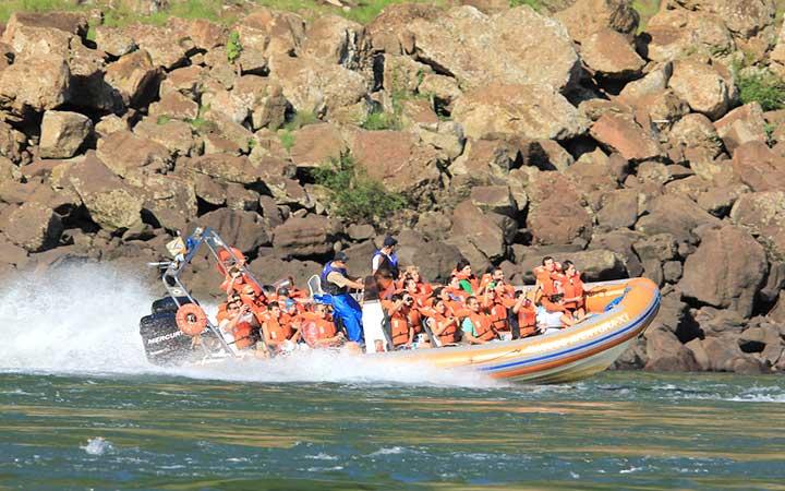 Pessoas passeando de barco Macuco Safari