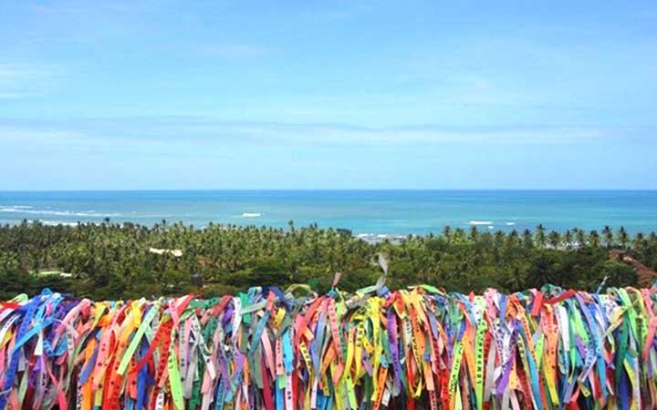 Fitas amarradas em cercas em Arraial d'Ajuda - Bahia