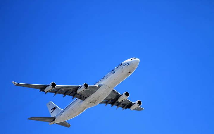Avião em Céu Azul
