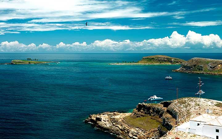 Barcos próximos das Ilhas no arquipélago dos Abrolhos - Bahia