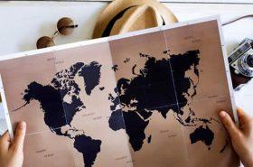 Mapa, chapéu, óculos e câmera